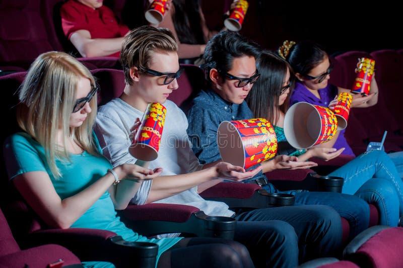 Gente en el cine que lleva los vidrios 3d fotos de archivo libres de regalías