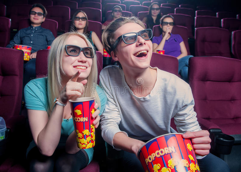 Gente en el cine que lleva los vidrios 3d imagenes de archivo