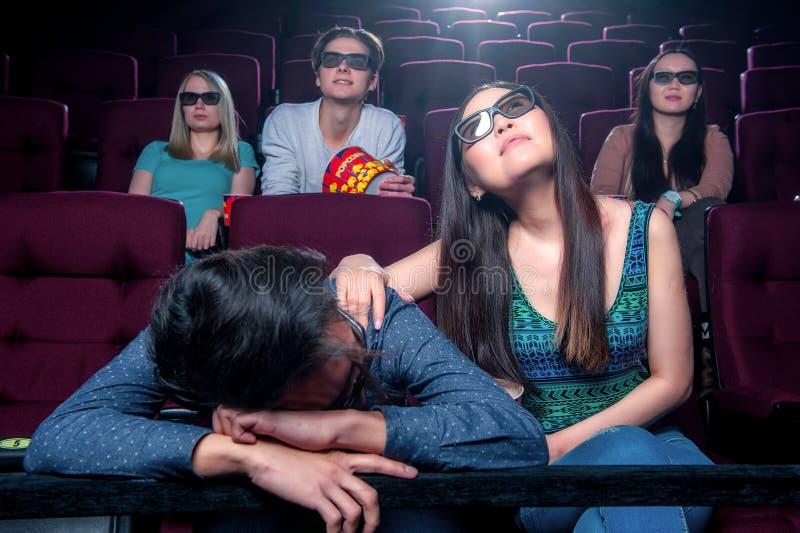 Gente en el cine que lleva los vidrios 3d foto de archivo