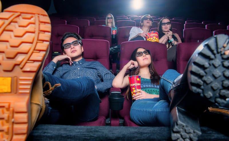 Gente en el cine que lleva los vidrios 3d fotografía de archivo