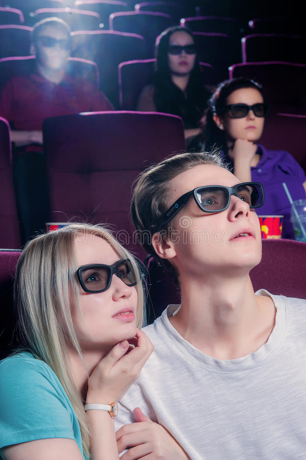 Gente en el cine que lleva los vidrios 3d fotografía de archivo libre de regalías