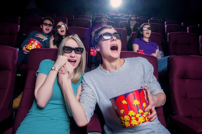Gente en el cine que lleva los vidrios 3d imágenes de archivo libres de regalías