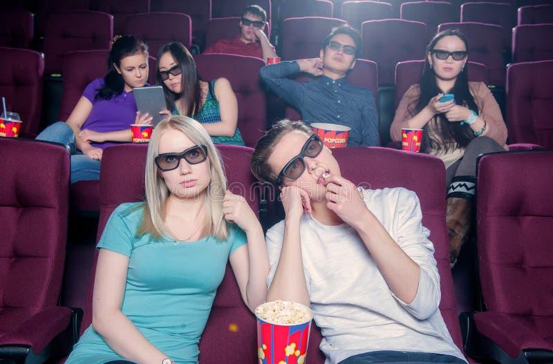 Gente en el cine que lleva los vidrios 3d fotos de archivo