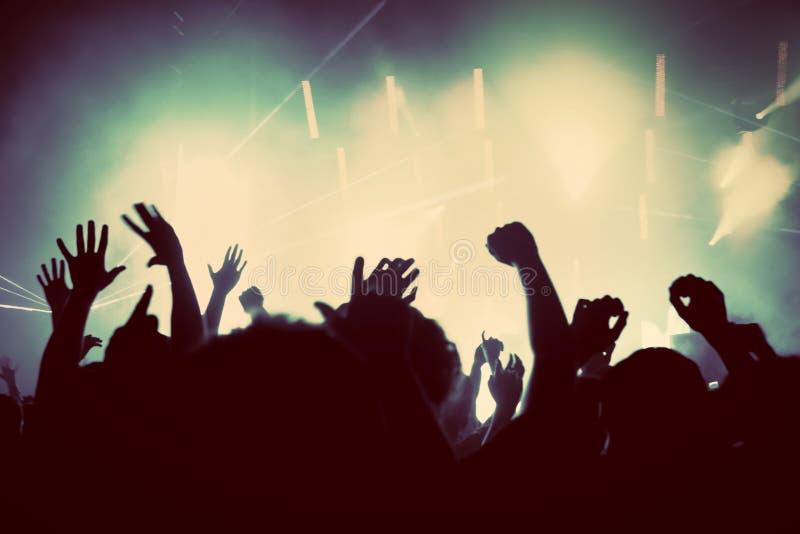 Gente en el concierto de la música, partido de disco. Vintage imagenes de archivo
