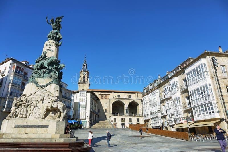 Gente en el cuadrado de Espana de la plaza en Vitoria-Gasteiz, España fotografía de archivo libre de regalías