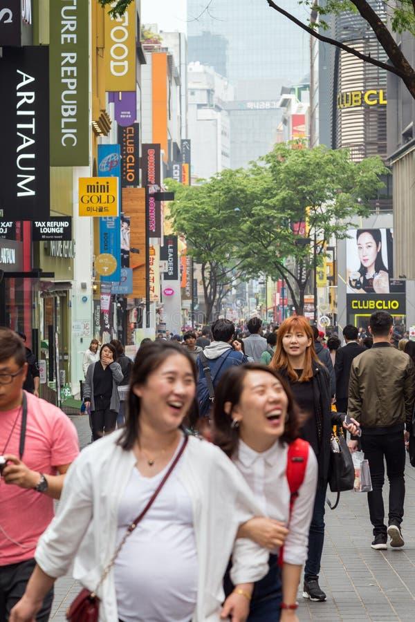 Gente en el distrito de Myeongdong en Seul fotografía de archivo