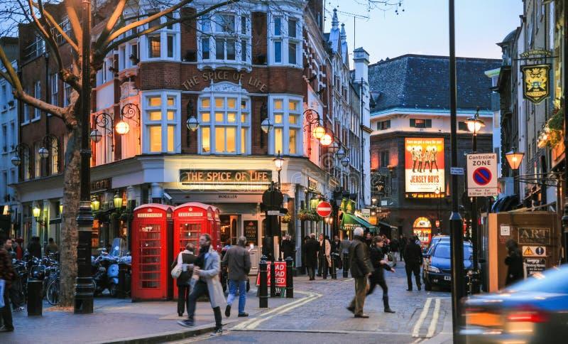 Gente en el distrito de Soho en Londres en invierno fotos de archivo