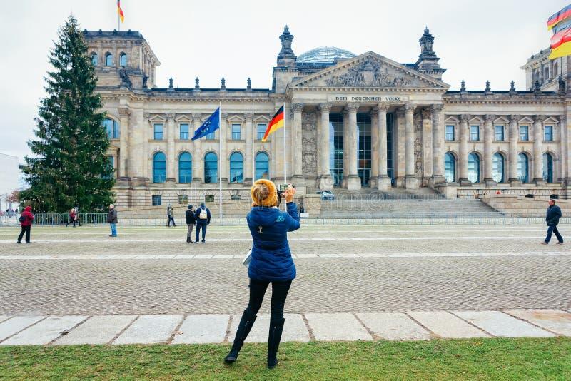 Gente en el edificio de Reichstag y el Parlamento alemán alemán en Berlin Germany fotos de archivo