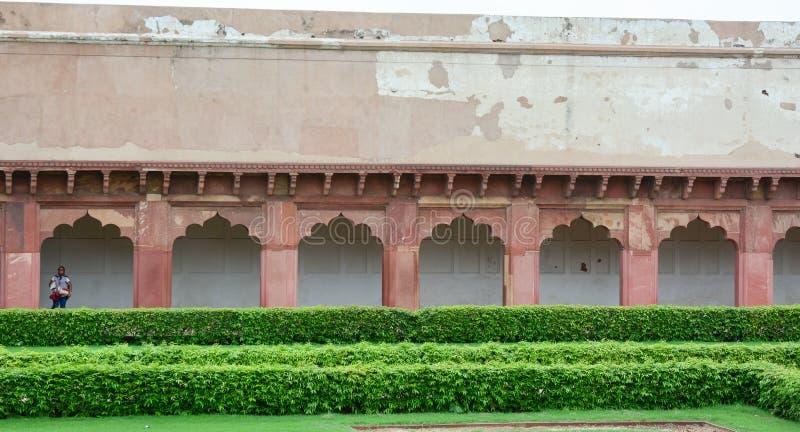 Gente en el fuerte de Agra en la India imagenes de archivo