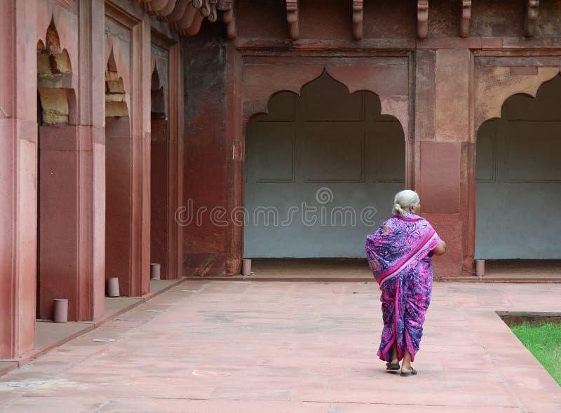 Gente en el fuerte de Agra en la India fotos de archivo