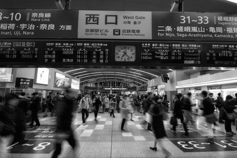 Gente en el JR estación de Kyoto imagen de archivo