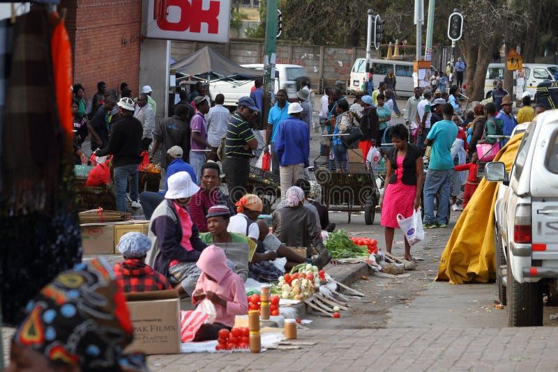 Gente en el mercado africano de Bulawayo en Zimbabwe imagenes de archivo