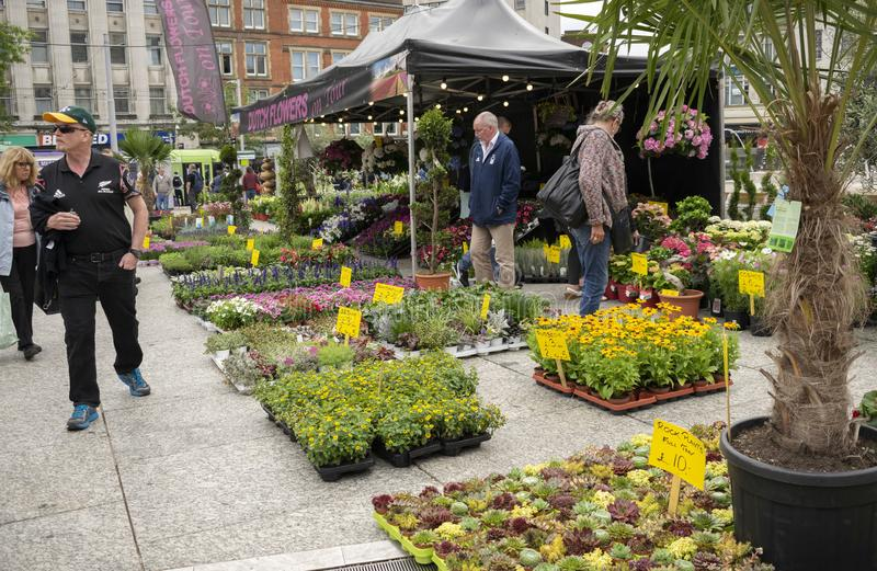 Gente en el mercado al aire libre de la flor delante de la ciudad de Nottingham fotografía de archivo libre de regalías