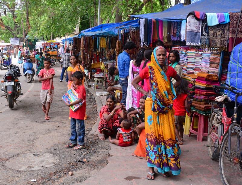 Gente en el mercado callejero en Agra, la India fotografía de archivo