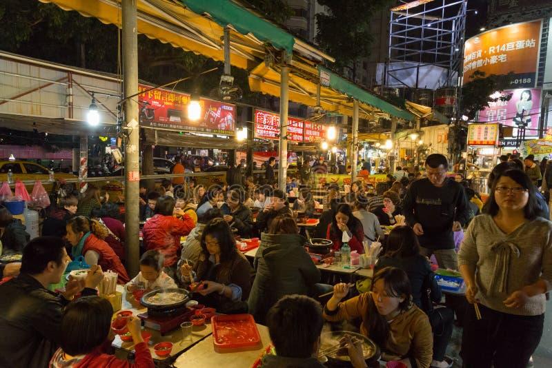 Gente en el mercado de la noche en Gaoxiong, Taiwán imagen de archivo libre de regalías