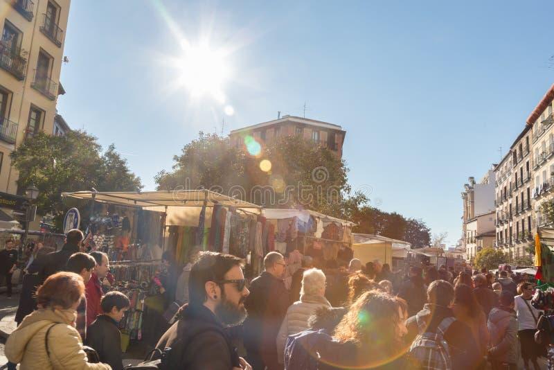 Gente en el mercado de pulgas del EL Rastro, Madrid, España imágenes de archivo libres de regalías