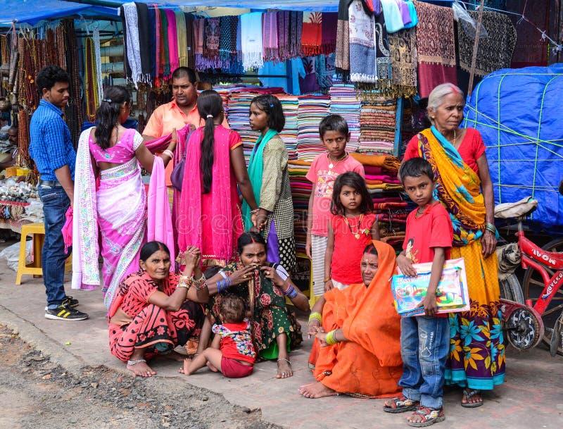Gente en el mercado local en Agra, la India fotografía de archivo