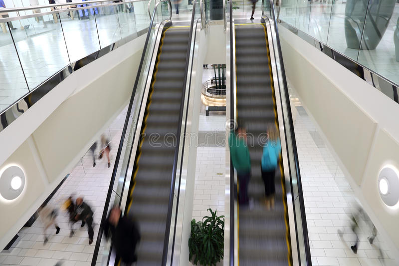 Gente en el movimiento en escalera móvil fotografía de archivo libre de regalías