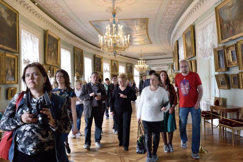 Gente en el palacio de Pavlovsk, St Petersburg, Rusia imagenes de archivo