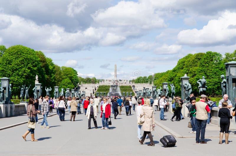Gente en el parque de Vigeland en Oslo imagenes de archivo