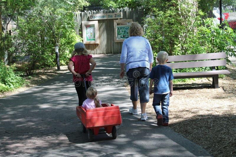 Gente en el parque zoológico fotografía de archivo libre de regalías