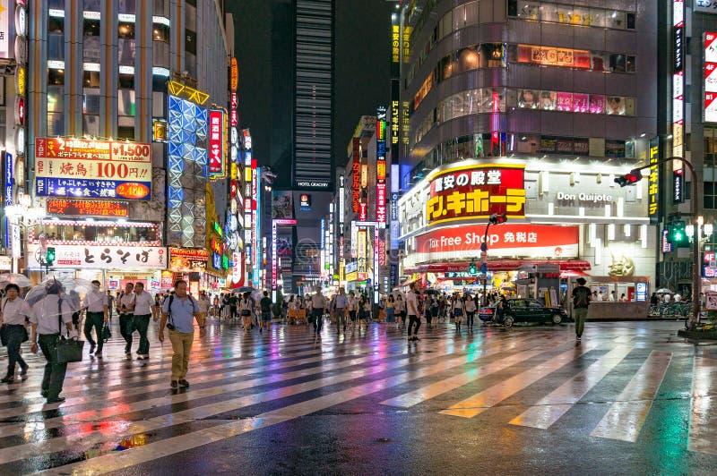 Gente en el paso de peatones en Kabukicho Ichibangai imagen de archivo