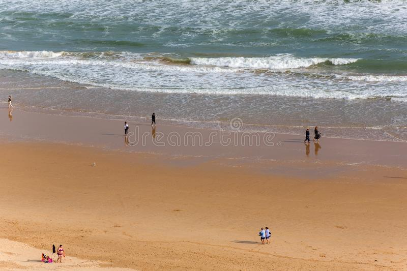 Gente en el Praia DA Rocha en Portimao foto de archivo