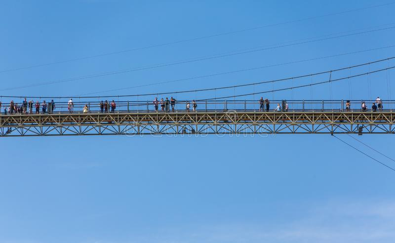 Gente en el puente durante las ca?das de Montmorency foto de archivo