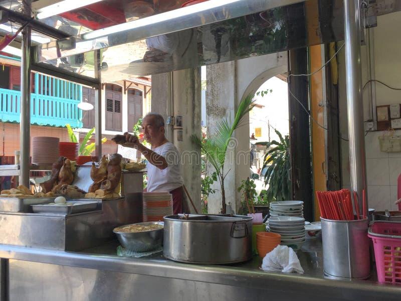 Gente en el restaurante en George Town, Penang, Malasia imagen de archivo