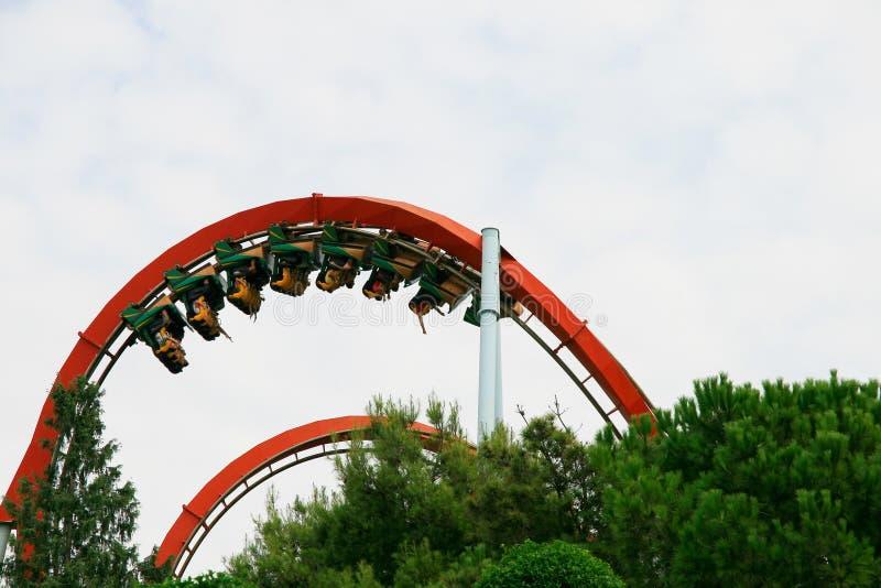 Gente en el roller coaster imagen de archivo libre de regalías