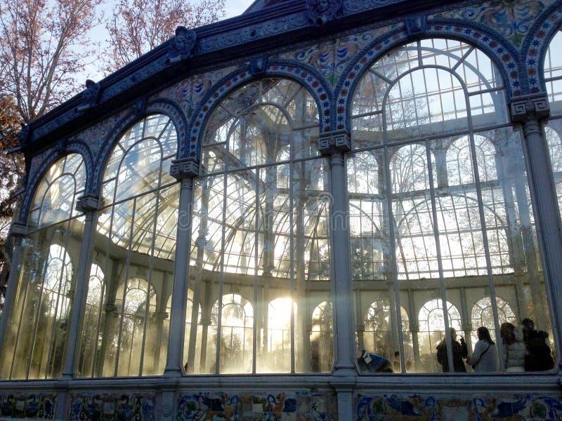 Gente en el salón de baile de Crystal Palace Palacio de Cristal, situado en Parque del Buen Retiro Madrid, España fotografía de archivo