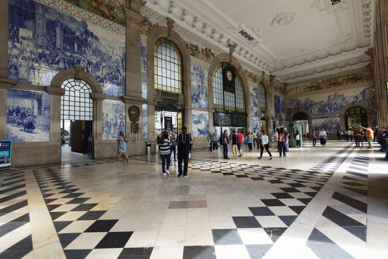 Gente en el sao Bento Railway Station en Oporto, Portugal imagen de archivo