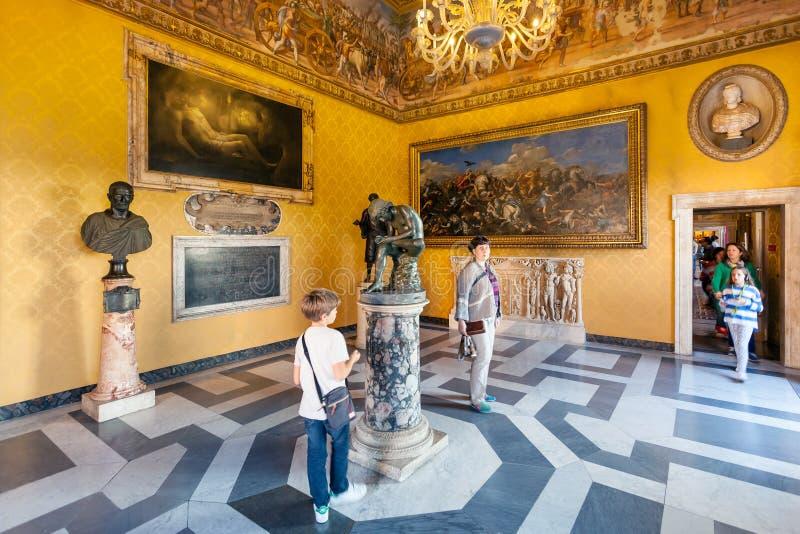 Gente en el sitio de los museos de Capitoline en la ciudad de Roma imagen de archivo