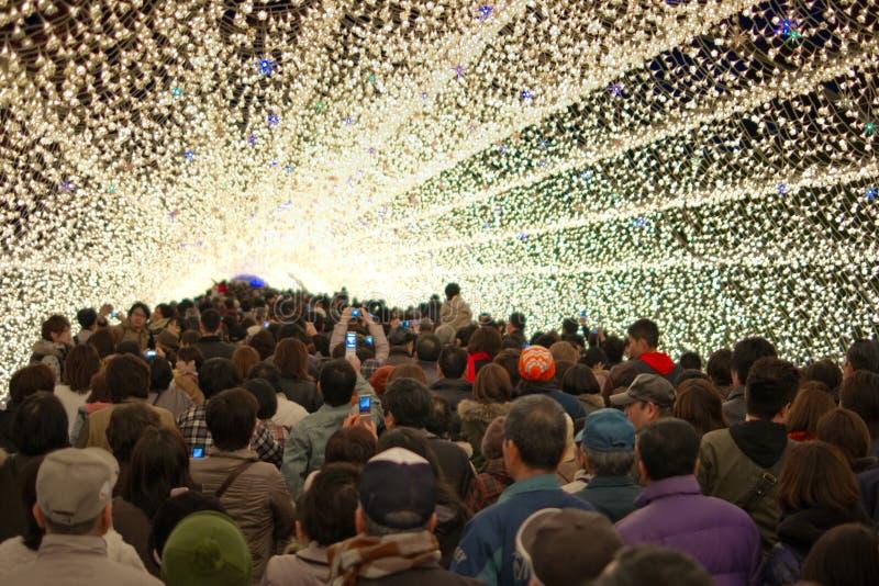 Gente en el túnel de la iluminación imágenes de archivo libres de regalías