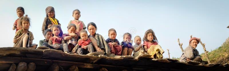 Gente en el tejado en Nepal foto de archivo libre de regalías