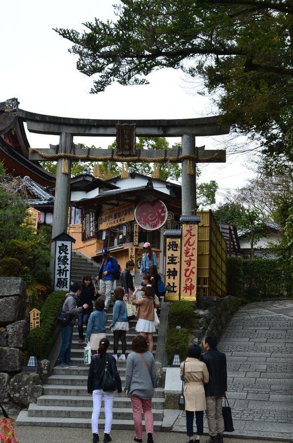 Download Gente En El Templo De Japón Foto de archivo editorial - Imagen de ciudad, japonés: 42430308