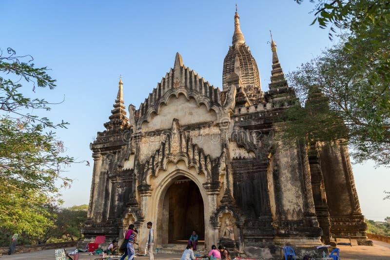 Gente en el templo de Shwegugyi en Bagan fotos de archivo