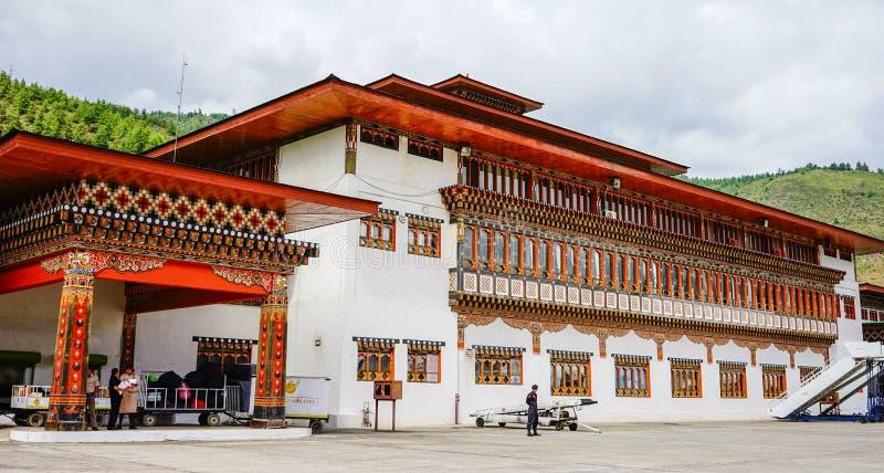 Gente en el templo tibetano en Timbu, Bhután imagen de archivo libre de regalías