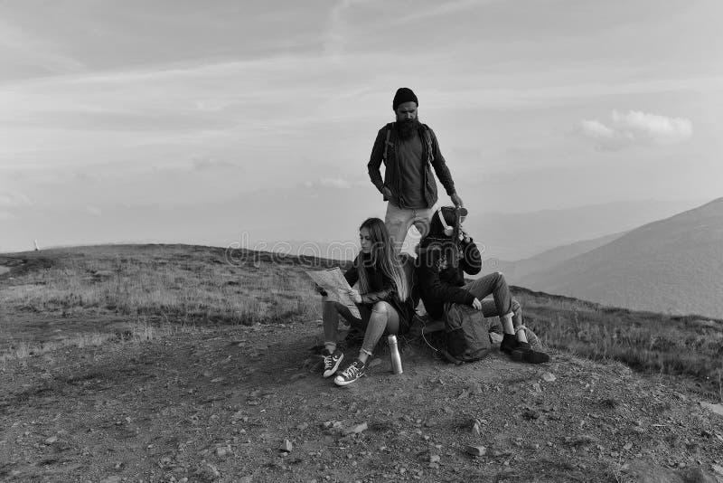 Gente en el top de la montaña fotos de archivo