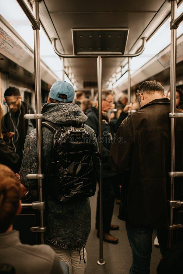 Gente en el tren de Amsterdam imagen de archivo