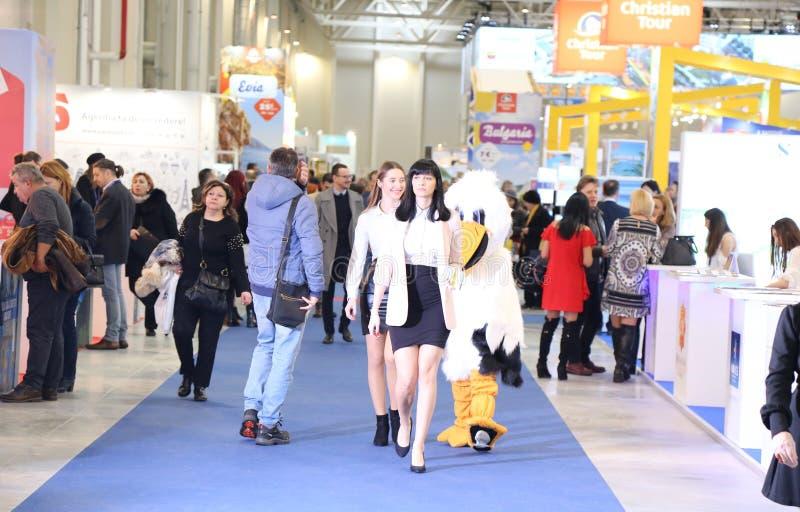 Gente en el turismo justo - mascota en el pasillo imagenes de archivo
