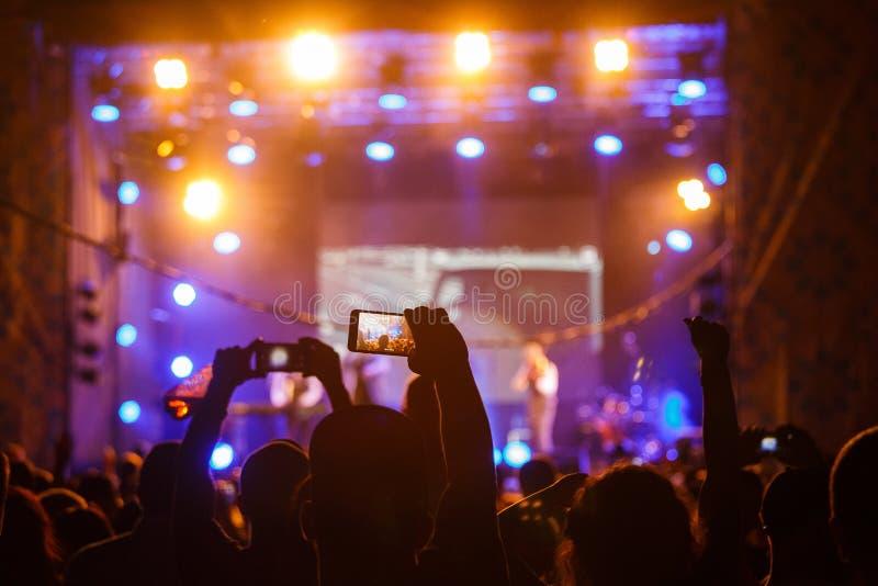 Gente en el vídeo o la foto del tiroteo del concierto imagen de archivo