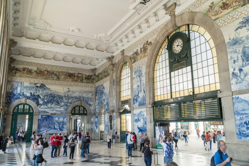 Gente en el vestíbulo del sao Bento Railway Station en Oporto foto de archivo libre de regalías