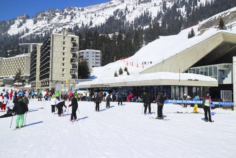 Gente en estación de esquí de las montañas fotos de archivo