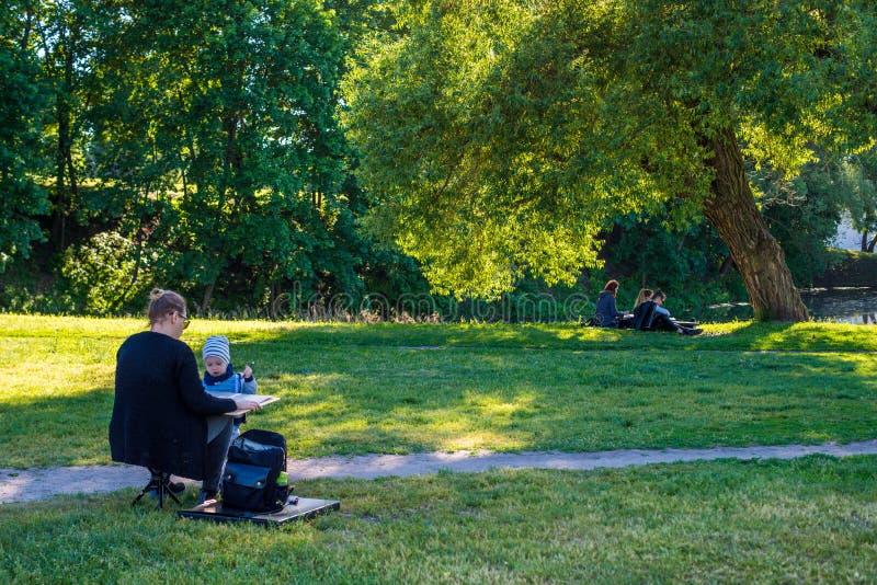 Gente en la actividad de pintura al aire libre fotos de archivo