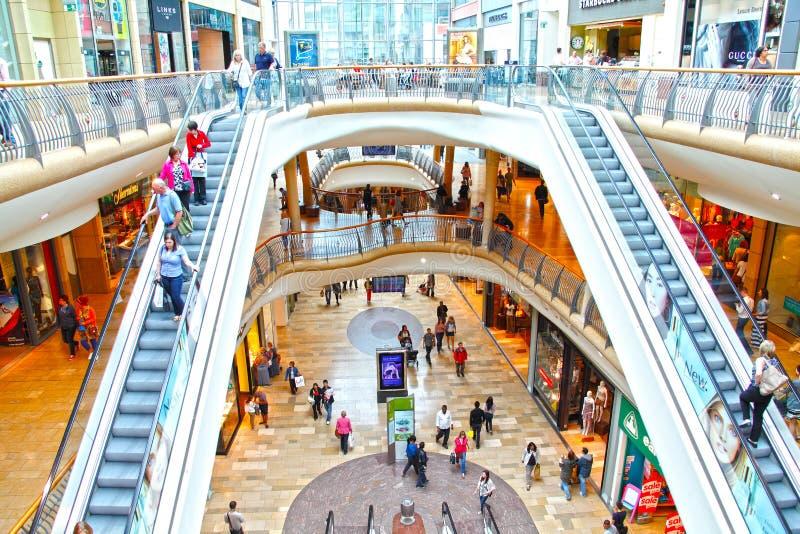 Gente en la alameda de compras al por menor imágenes de archivo libres de regalías