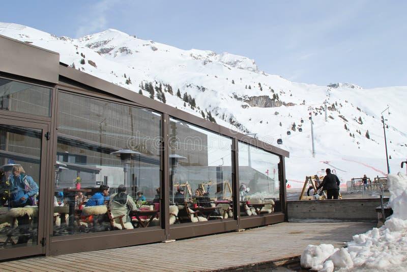 Gente en la barra al lado de Ski Piste imagen de archivo