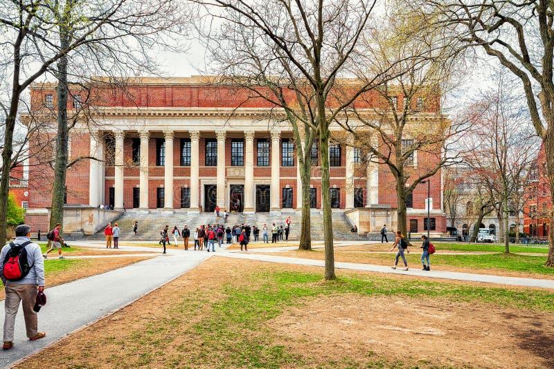 Gente en la biblioteca de Widener en la yarda de Harvard de la Universidad de Harvard foto de archivo