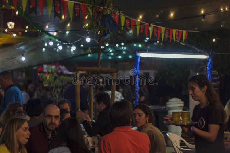 Gente en la calle de Lisboa durante festival popular de los santos fotos de archivo