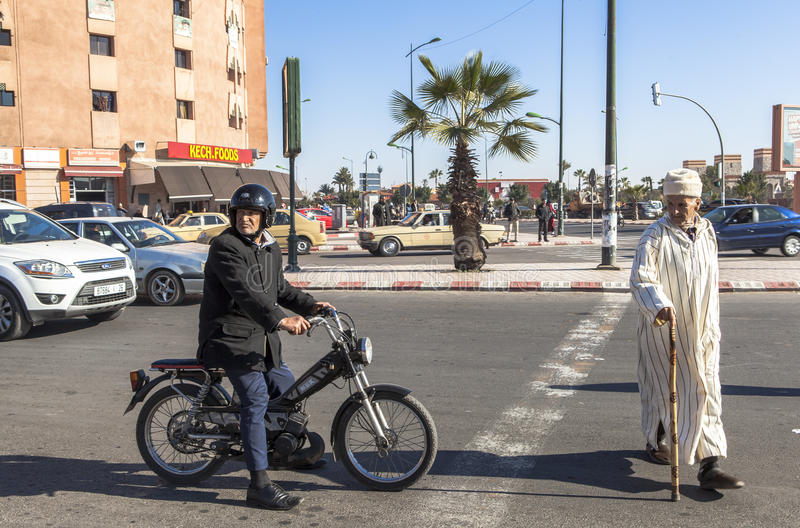 Gente en la calle de Marrakesh, Marruecos imagen de archivo